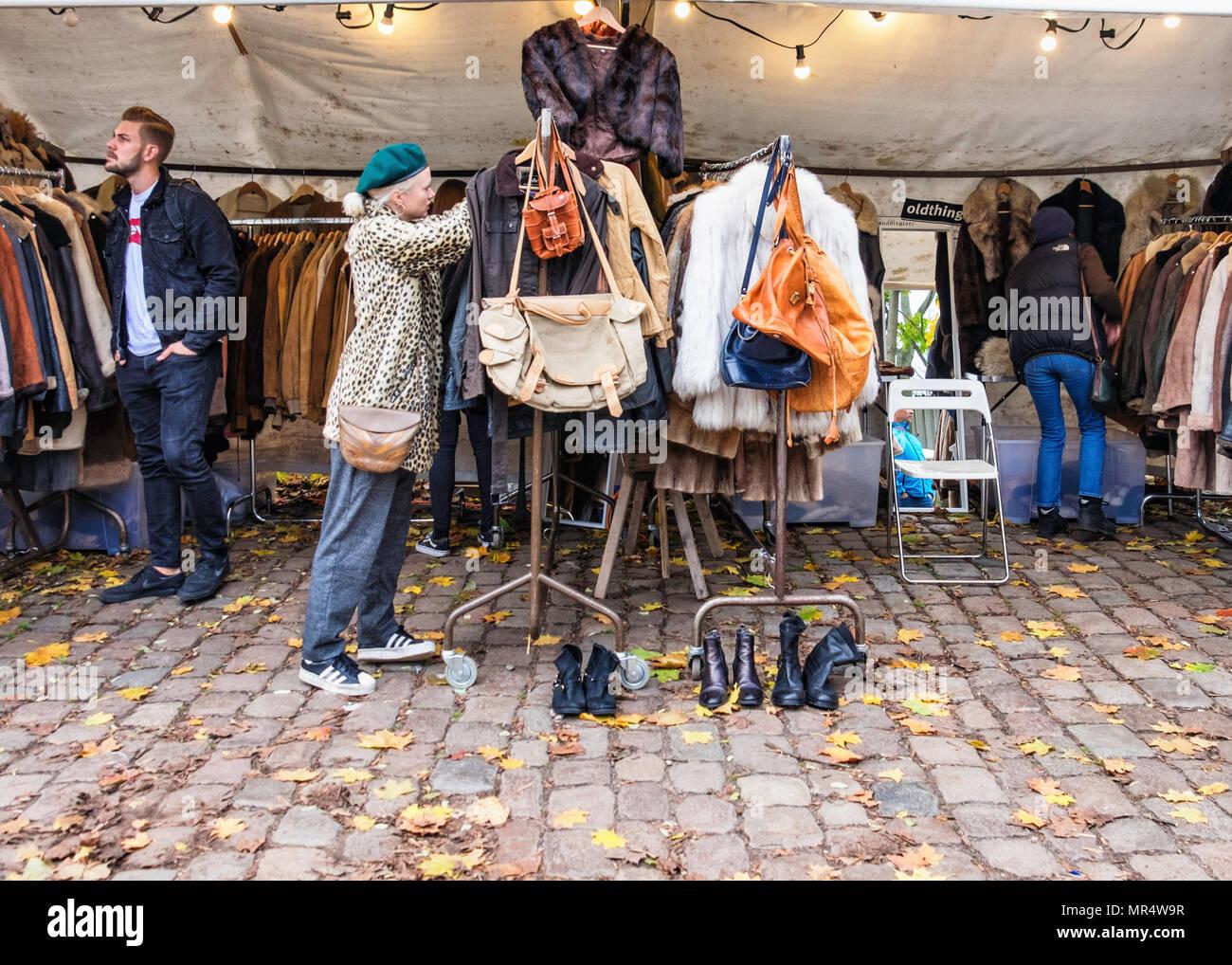 b39b234823b65 Berlin Prenzlauer Berg. Mauerpark Flohmarkt. Junge trendige Shopper an Second  Hand Kleidung stall verkaufen Mäntel