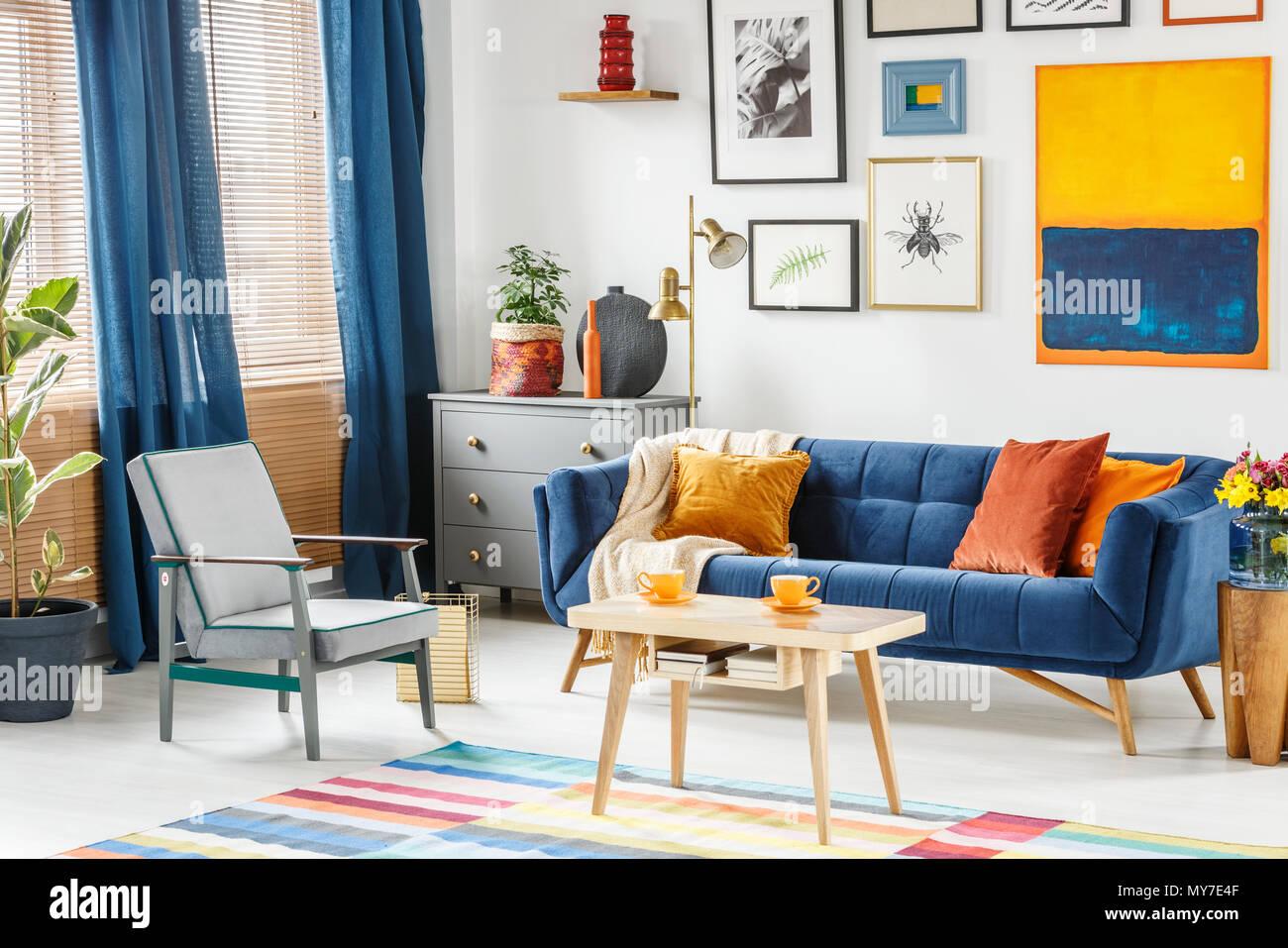 Die Hellen Und Gemutlichen Wohnzimmer Innenraum Mit Blauen Vorhangen