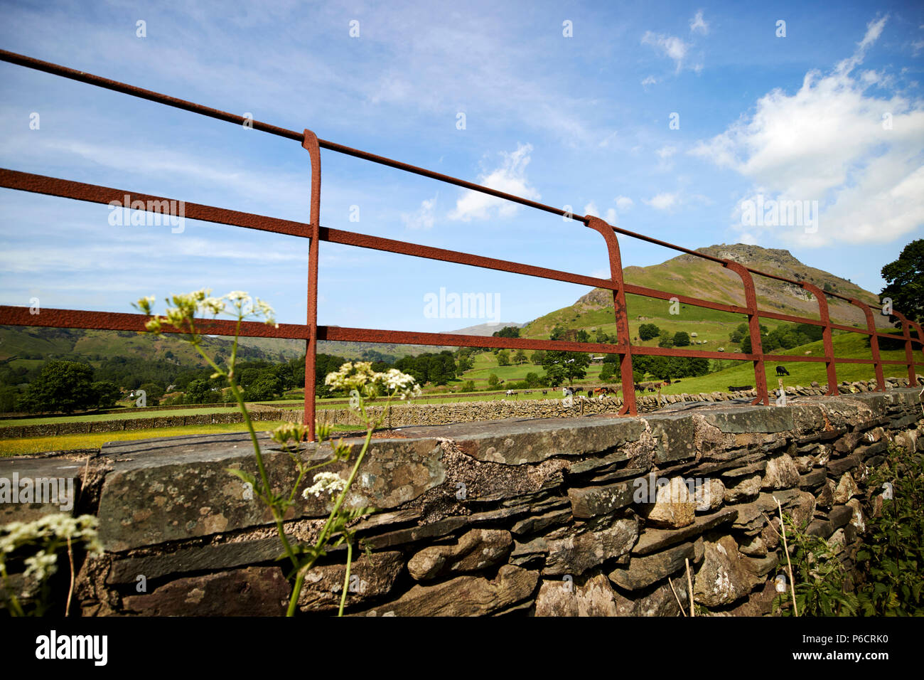 Rostiges Metall Zaun Auf Der Oberseite Von Lakeland Stein Schiefer