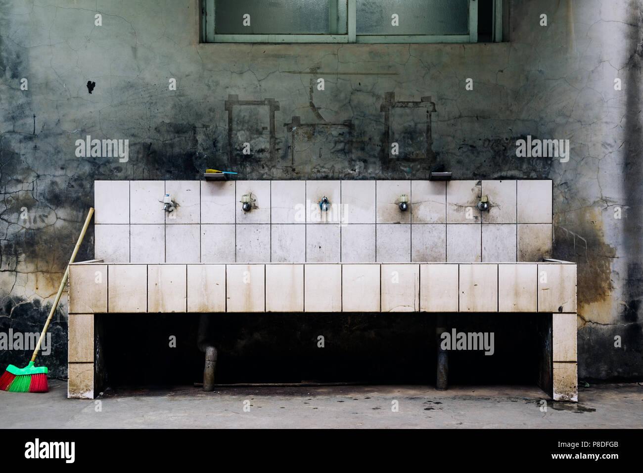 Alte Waschbecken In Der Schule Stockfoto Bild 211739259 Alamy