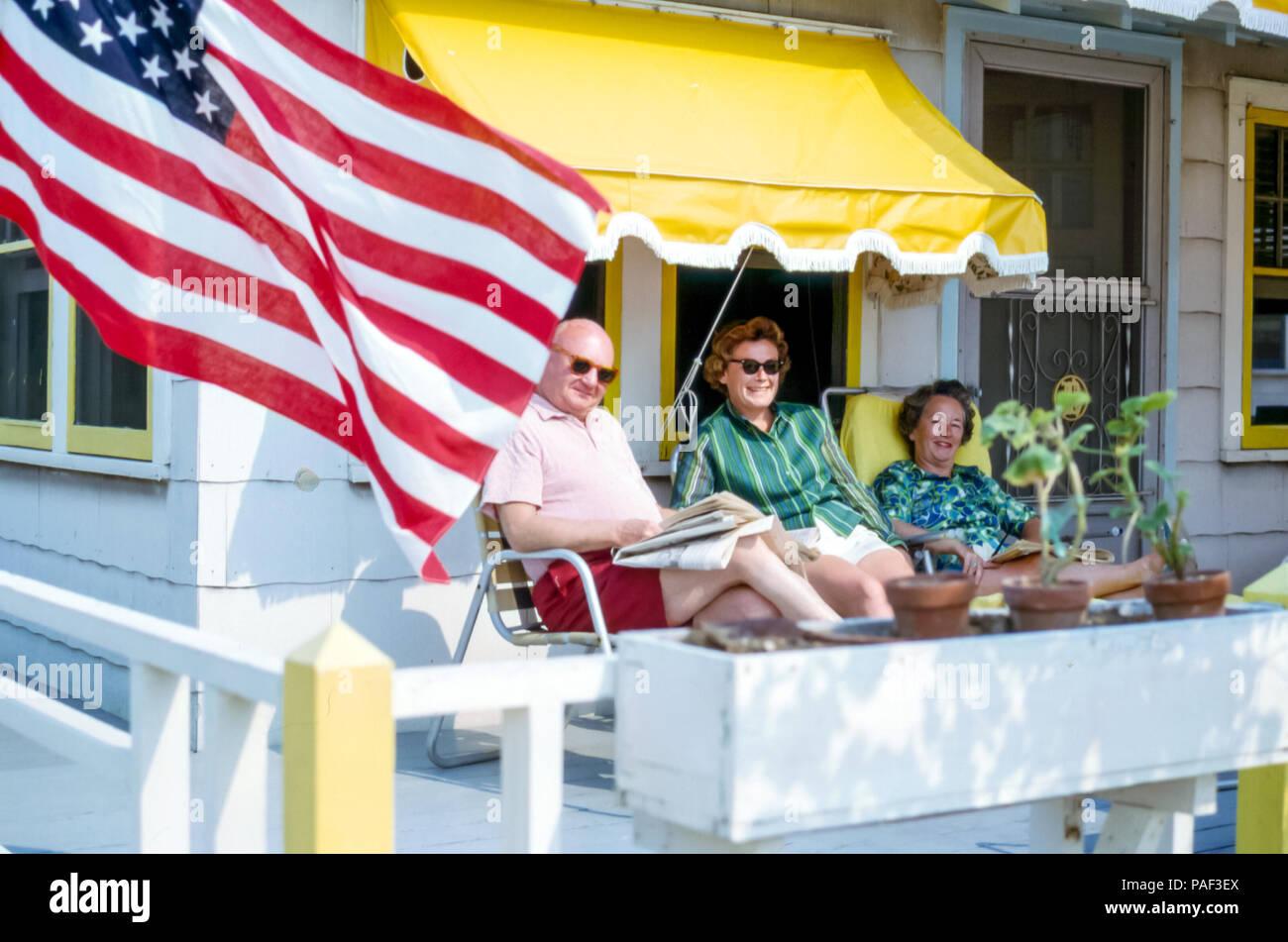 Senior Paar Und Frau Entspannung Auf Einen Bungalow Veranda Mit