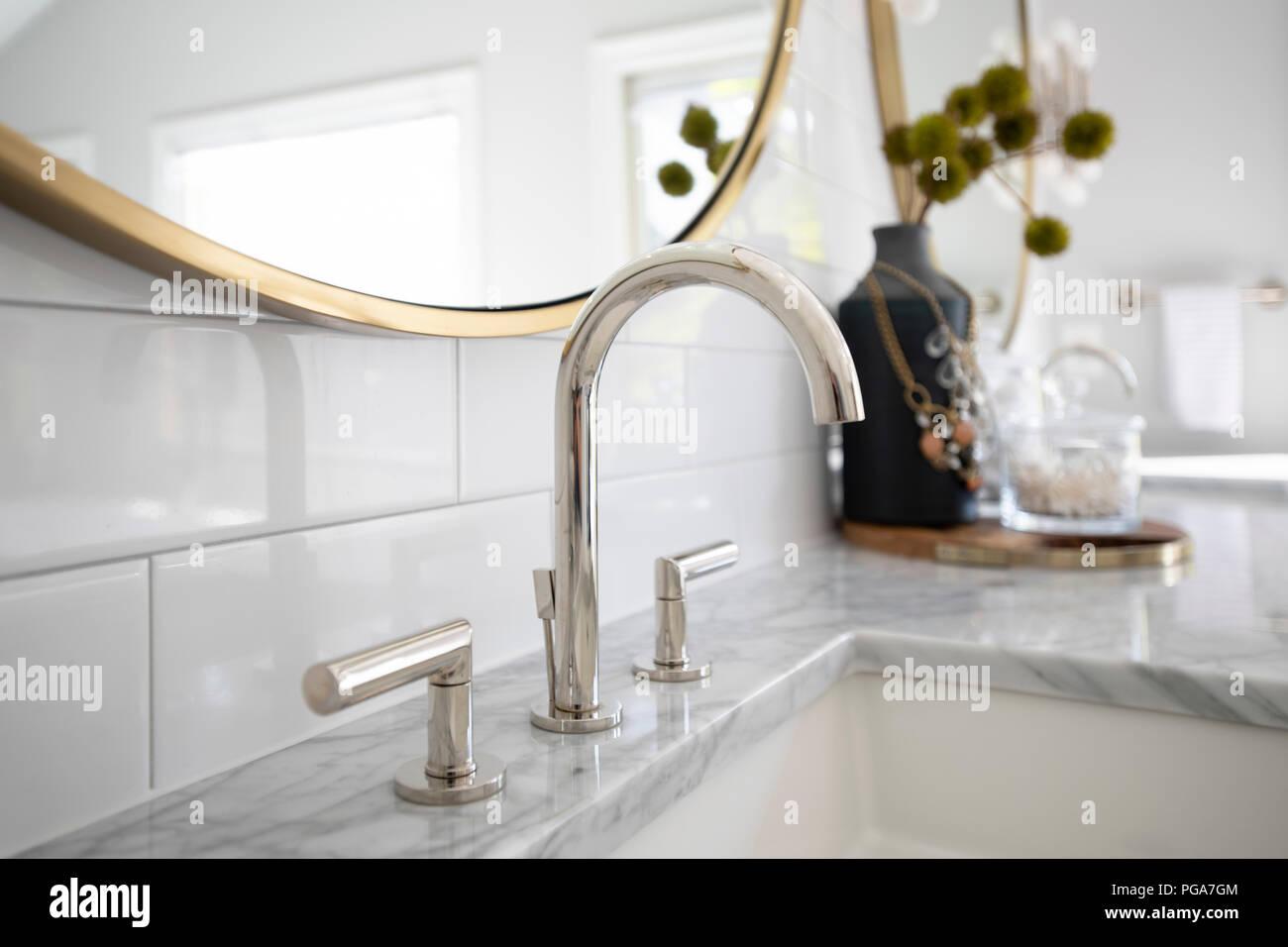 Waschbecken Im Badezimmer In Weissem Marmor Mit Weissen Fliesen Und