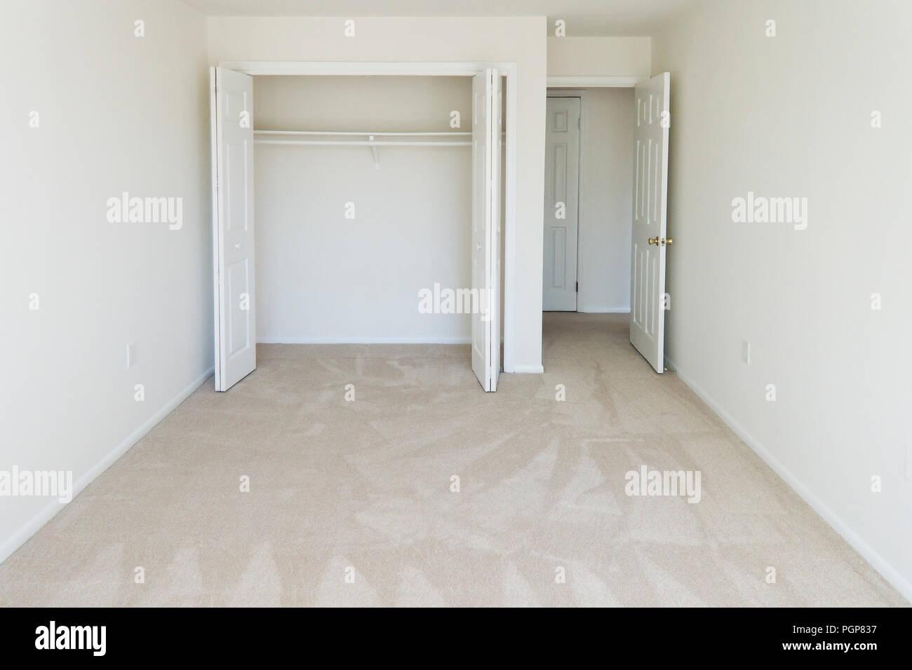 Kleine Leere Teppichboden Schlafzimmer In Einer Wohneinheit Usa