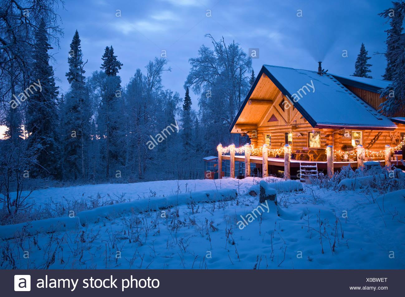 Log Cabin In The Woods Dekoriert Mit Weihnachtsbeleuchtung In Der