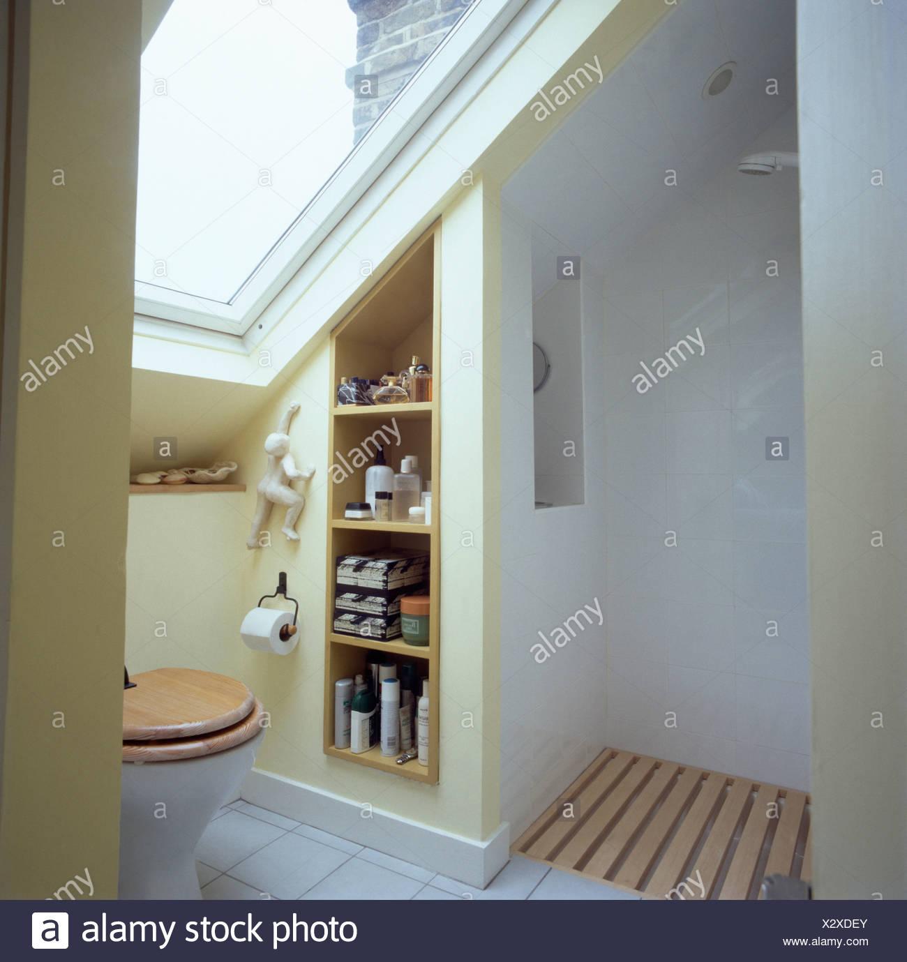 Dusche Und Regale Im Modernen Weissen Dachgeschoss Badezimmer Mit