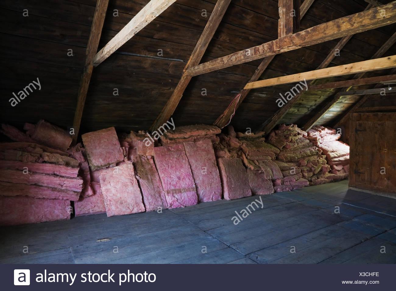 Holzfußboden Von Unten Isolieren ~ Holzfußboden balken und dachschalung mit gestapelten rosa