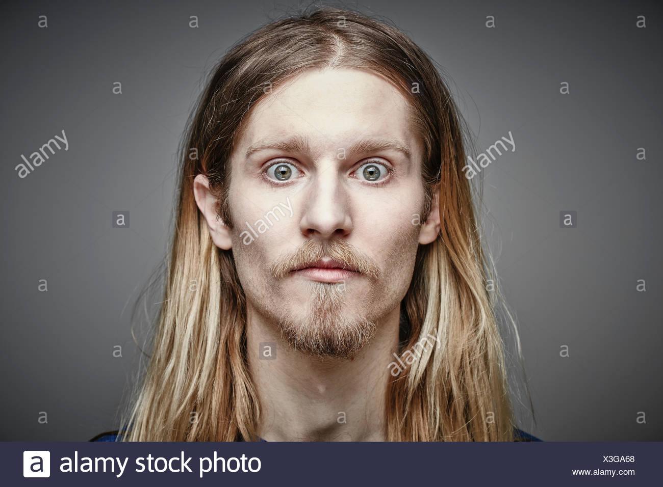 Porträt Der Darsteller Jungen Mannes Mit Langen Blonden Haaren Und