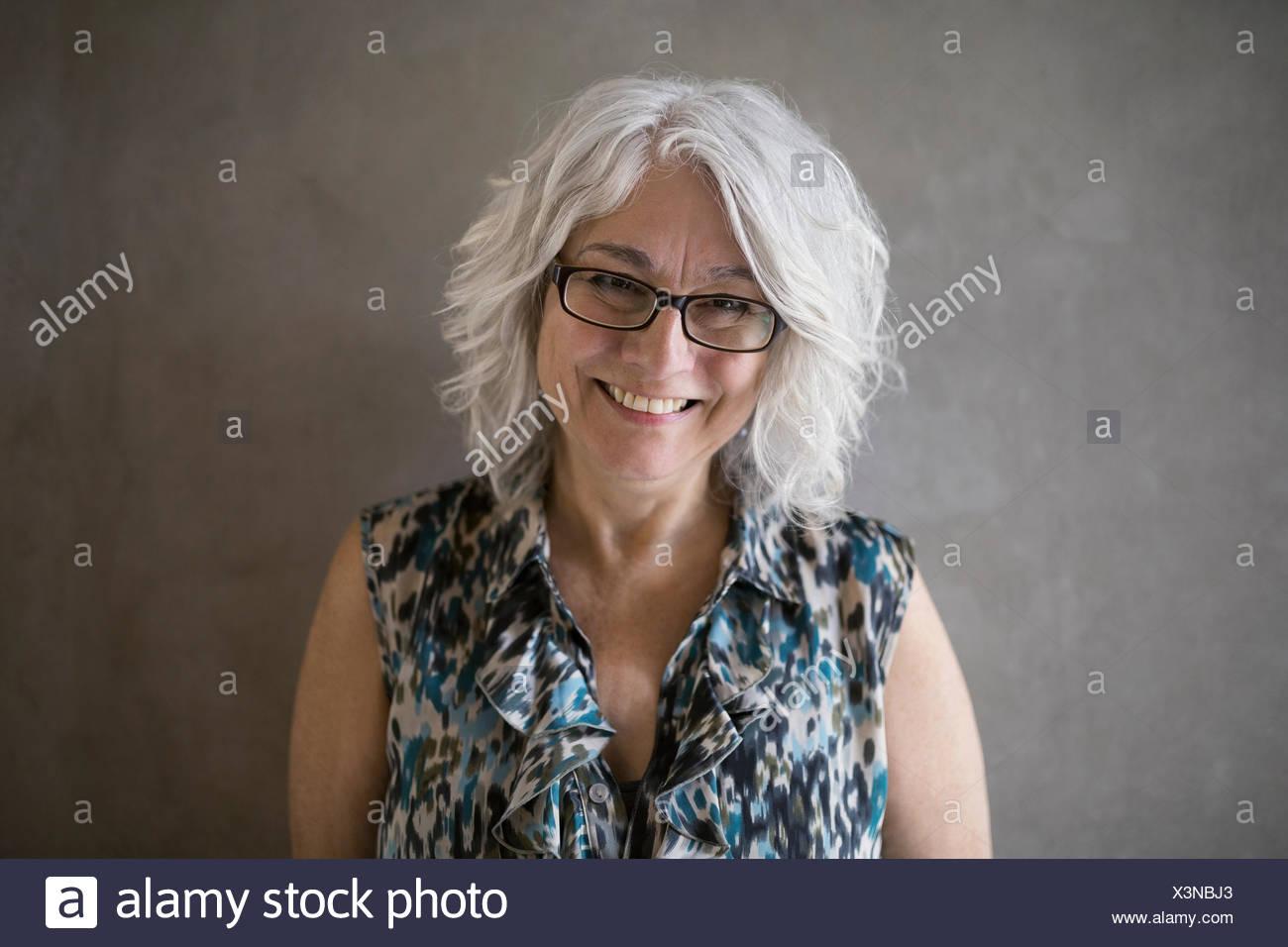 Porträt Zuversichtlich Geschäftsfrau Mit Grauen Haaren Und Brille