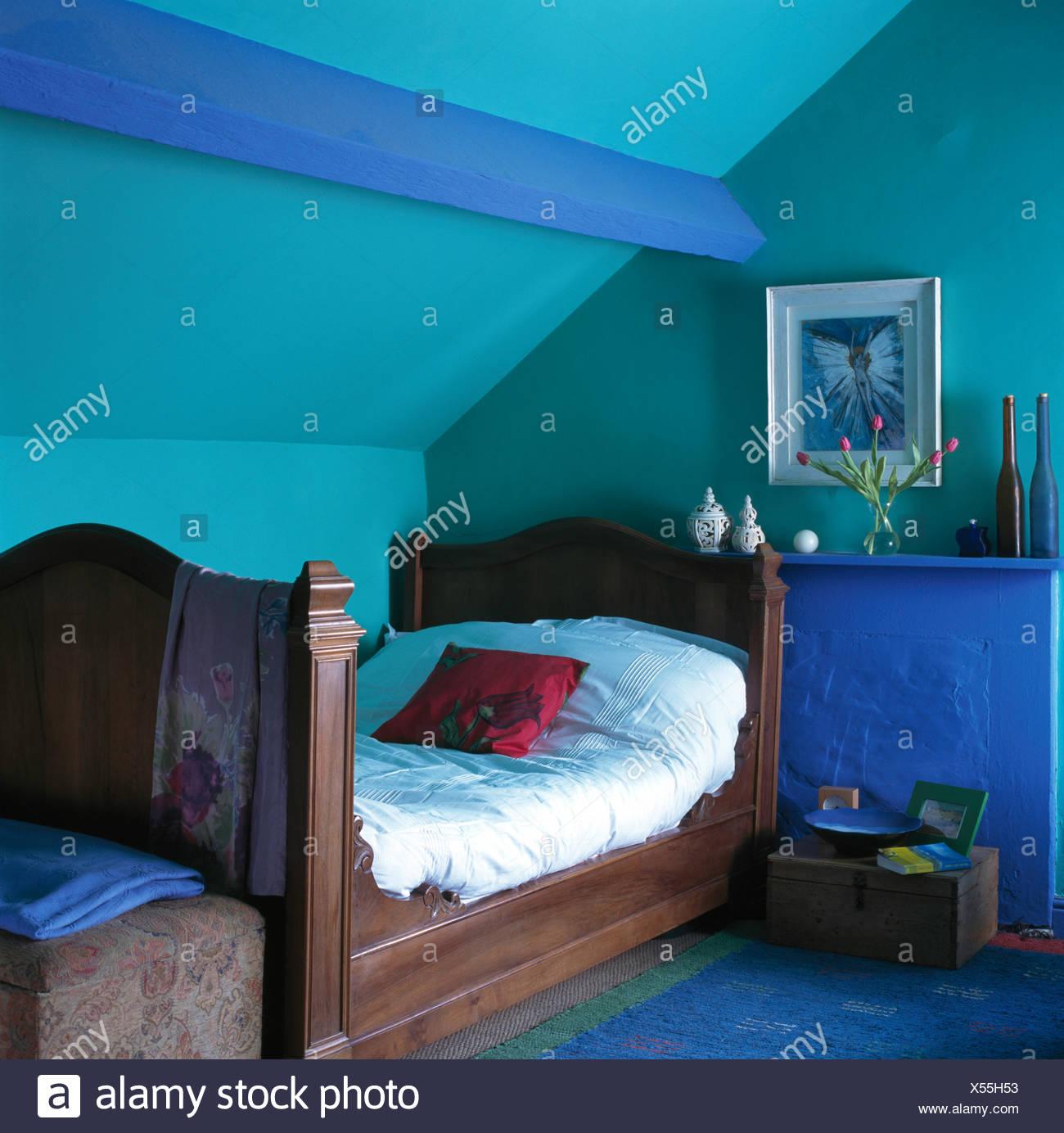 Antikes Holzbett In Turkis Dachgeschoss Schlafzimmer Mit Hellen Blau