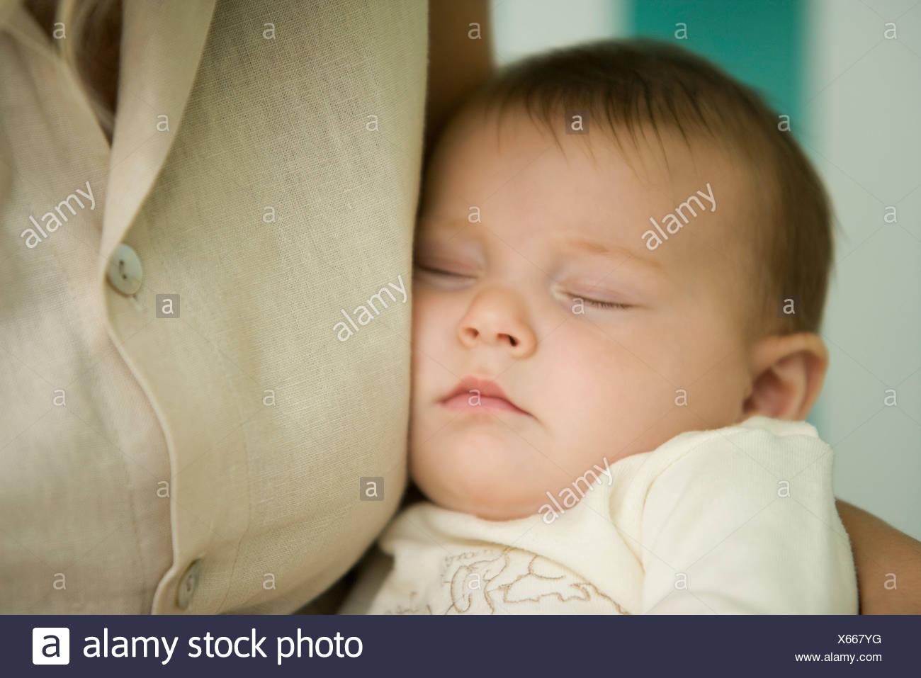 Baby Schläft Gegen Mutters Brust Nahaufnahme Stockfoto Bild