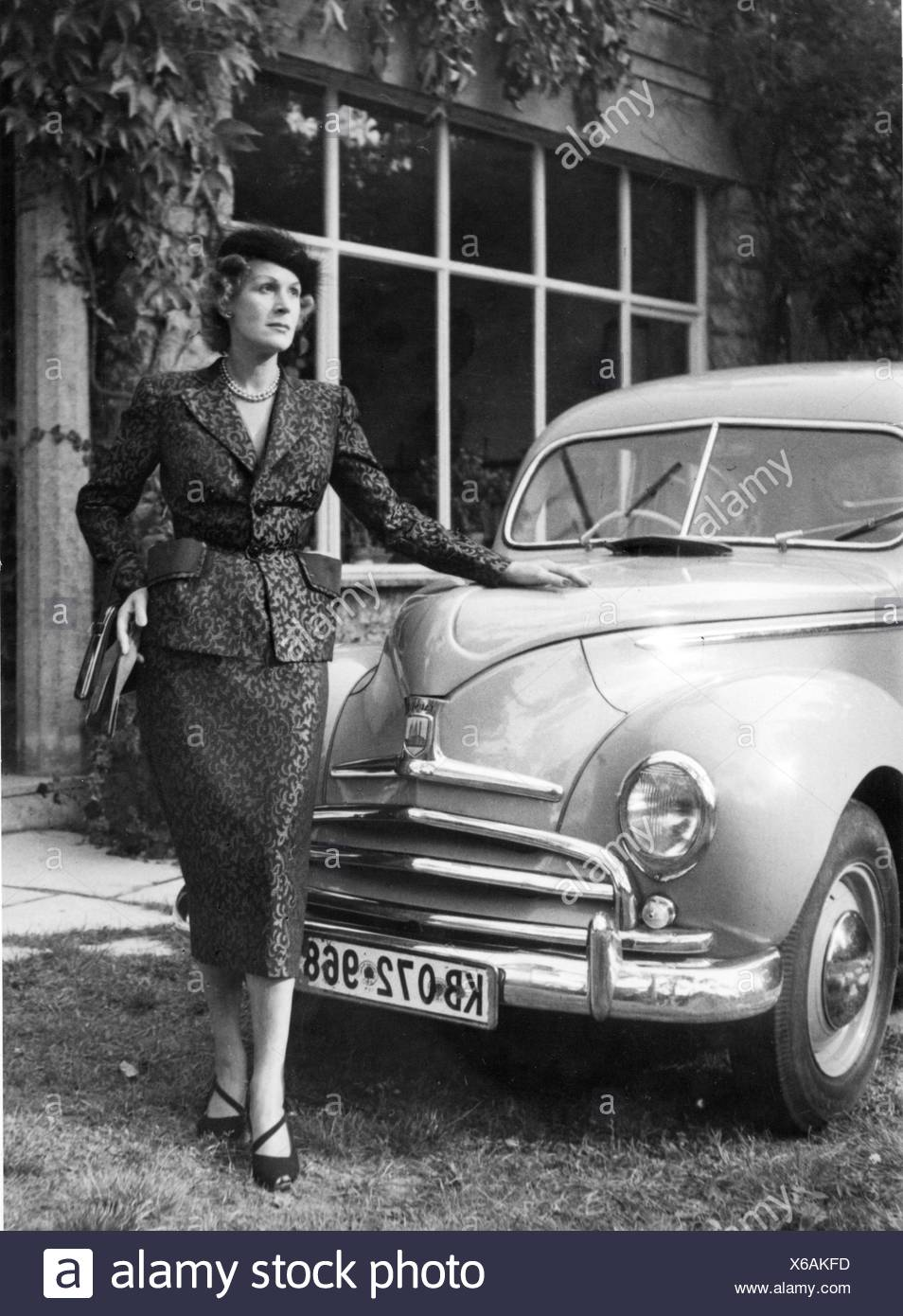 fashion, 1950s, woman with woman's suit made of damassin, designed by Gerd Herrmann, Berlin, 1950s, Additional-Rights-Clearences-NA Stockbild