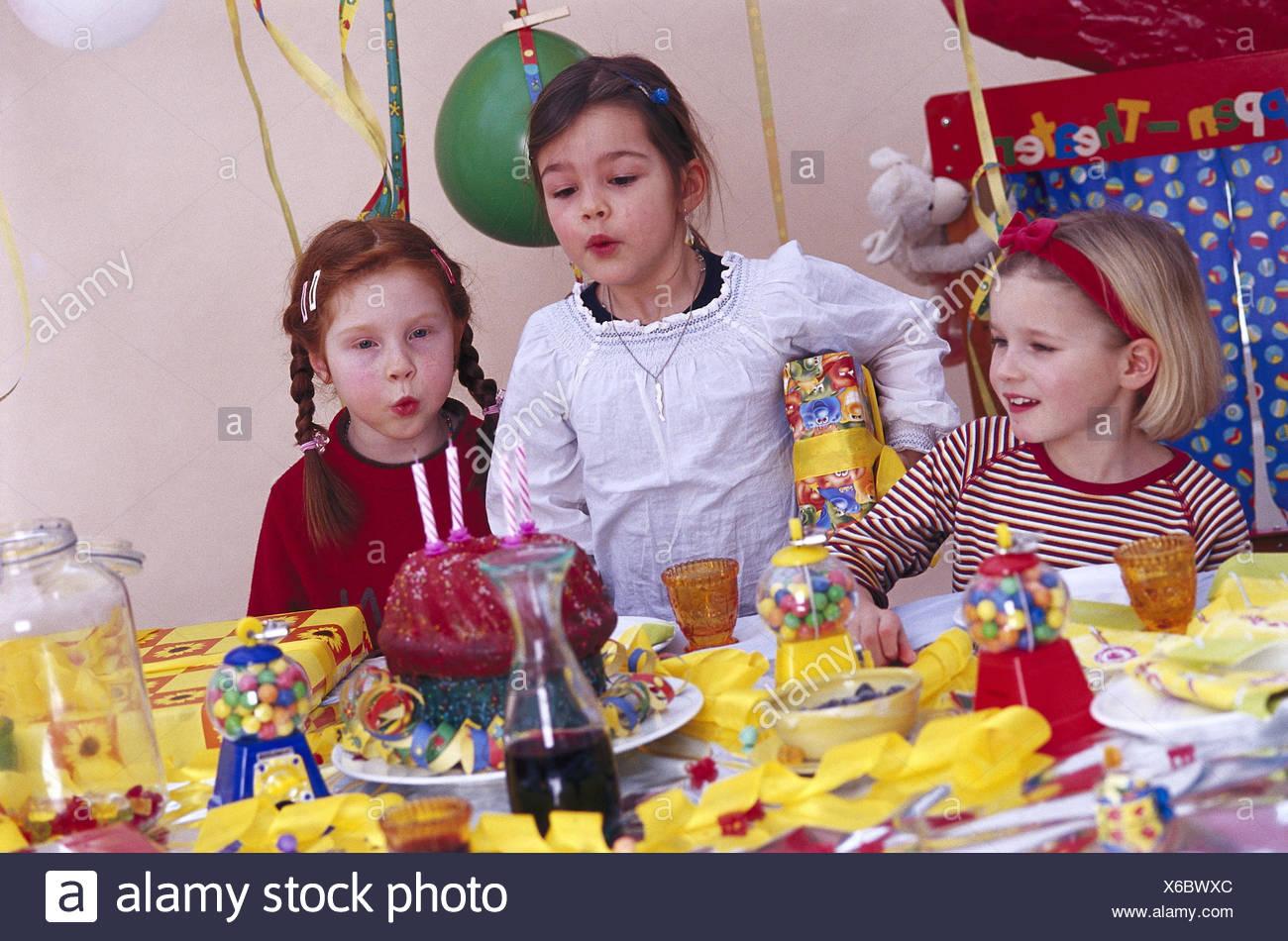 Kindergeburtstag Madchen Geburtstagskuchen Kerzen Ausblasen
