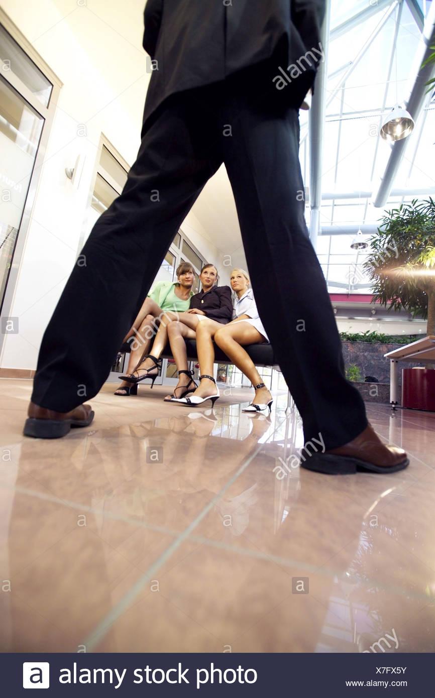 Blick Durch Die Gespreizten Beine Eines Mannes Zu Drei Attraktive