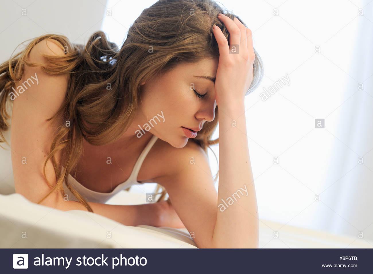 Eine Frau Liegt Auf Einem Bett Auf Der Suche Müde Und Gestresst