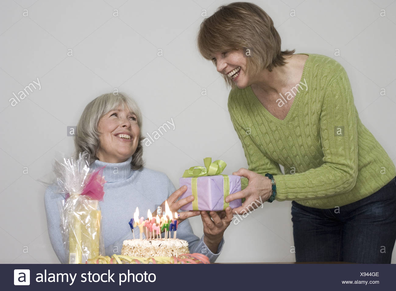 Senior Geburtstagsgeschenk Frau Frohlich Detail Serie Menschen Geben Senioren Frauen Freunde Freundschaft Geburtstagsgeschenke Geburtstag Kuchen Stockfoto