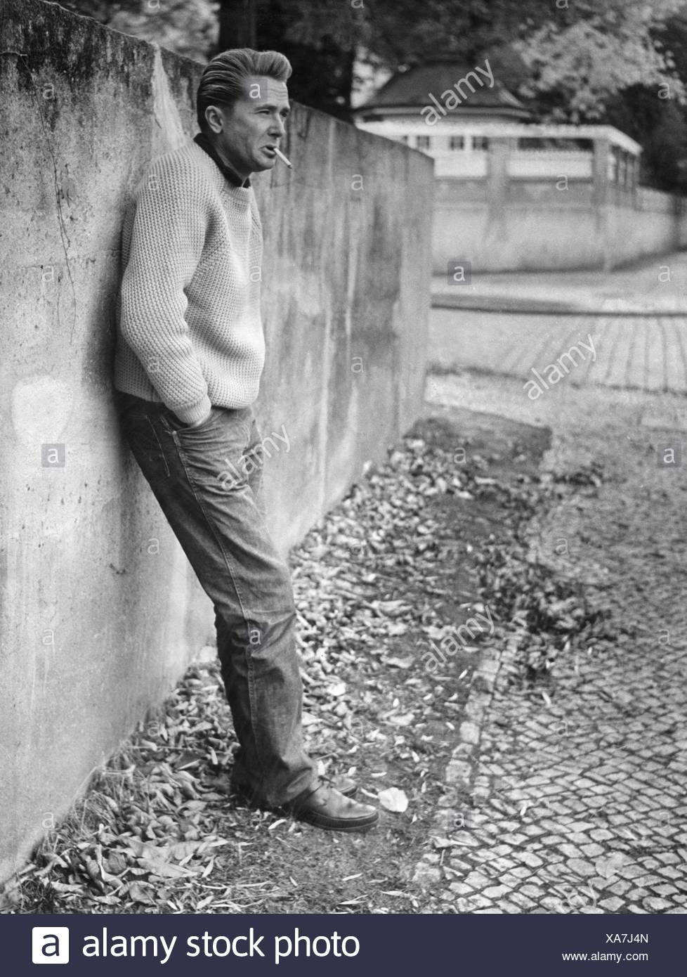 Hlasko, Marek, 14.1.1934 - 14.6.1969, Polish author / writer, full length, leaning against a wall, 13.10.1960, probably Berlin, Stockbild