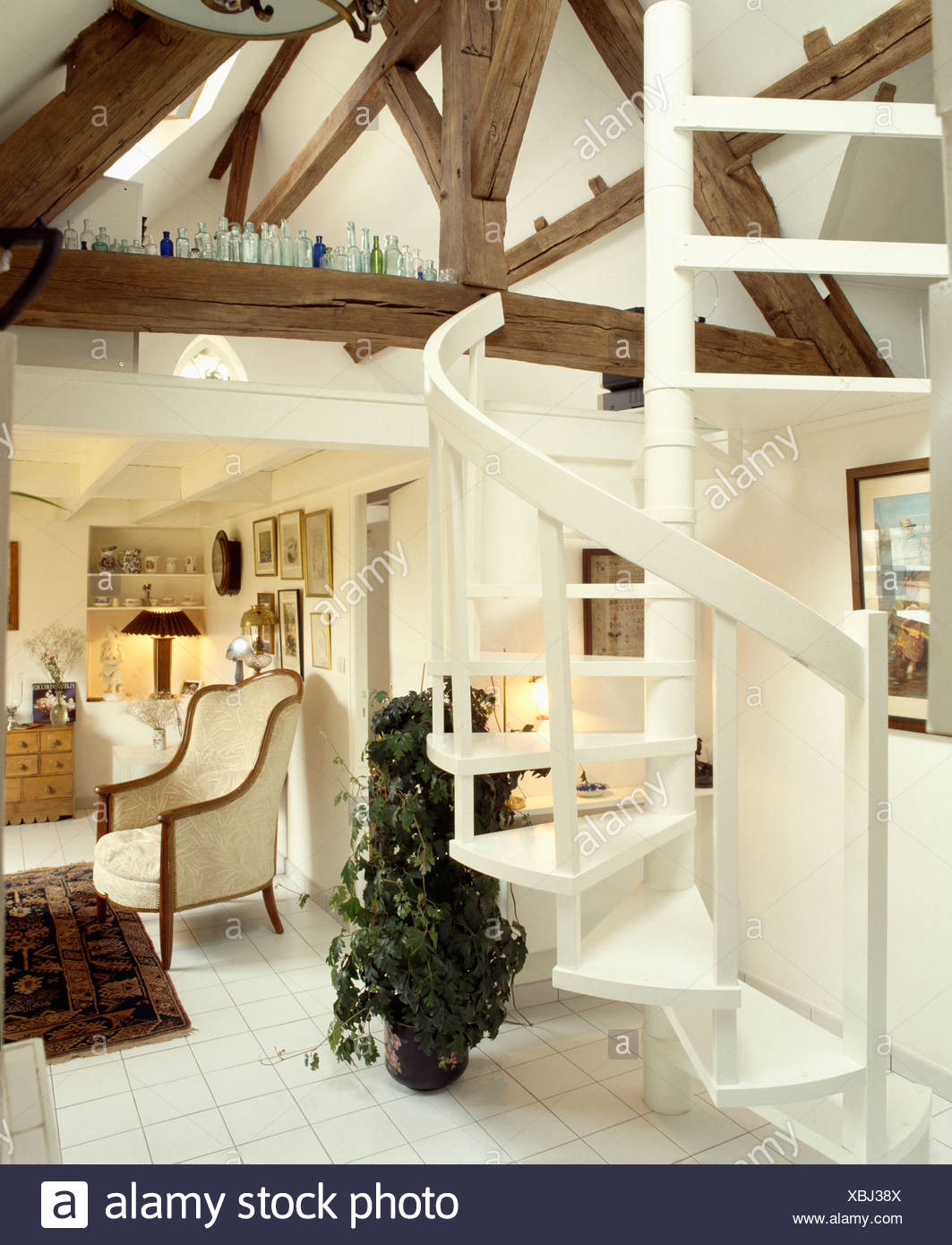 Weiße Wendeltreppe im weißen Wohnzimmer in umgebauten Loft mit ...