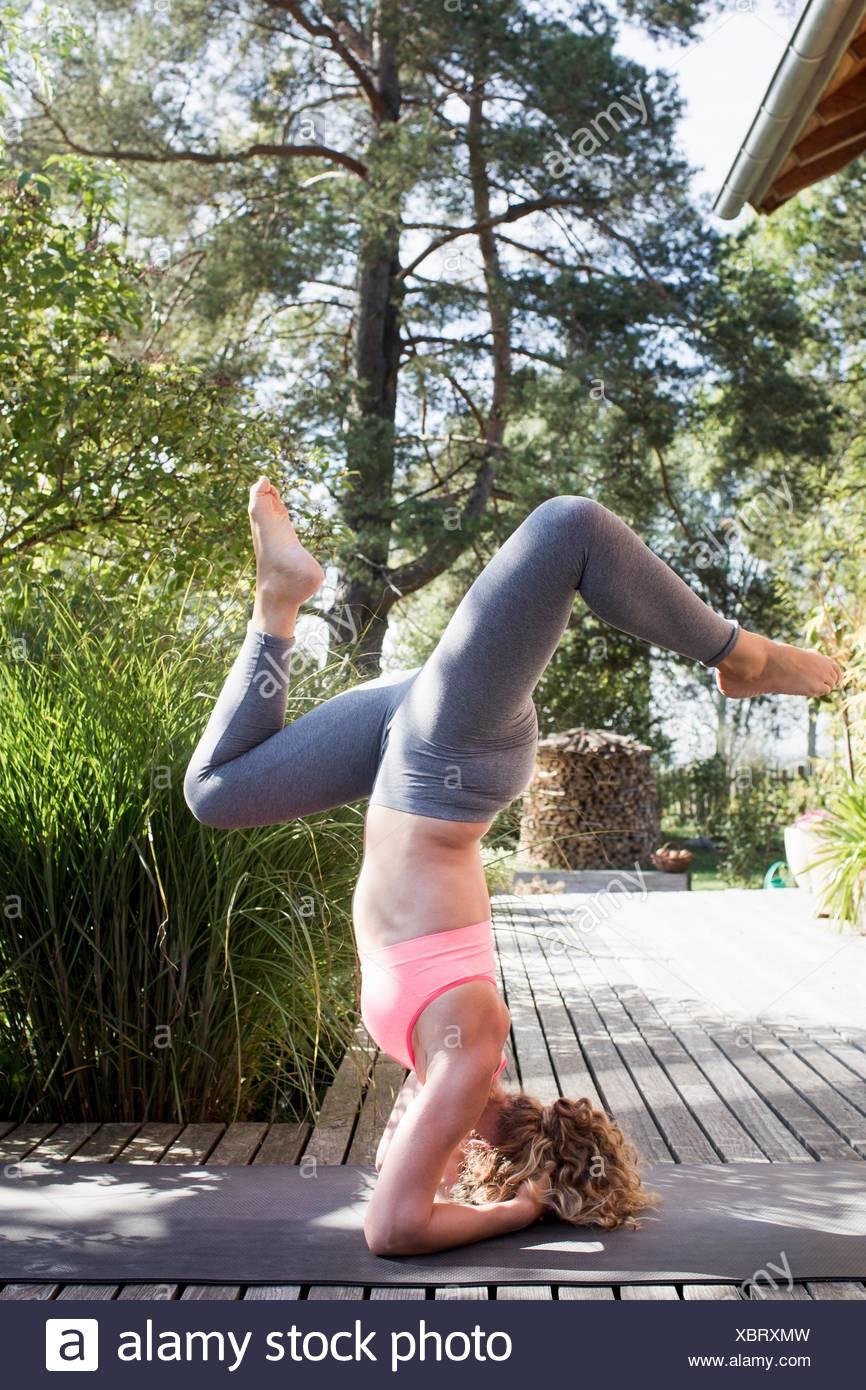 Junge Frau Macht Kopfstand Mit Gespreizten Beinen Stockfoto Bild