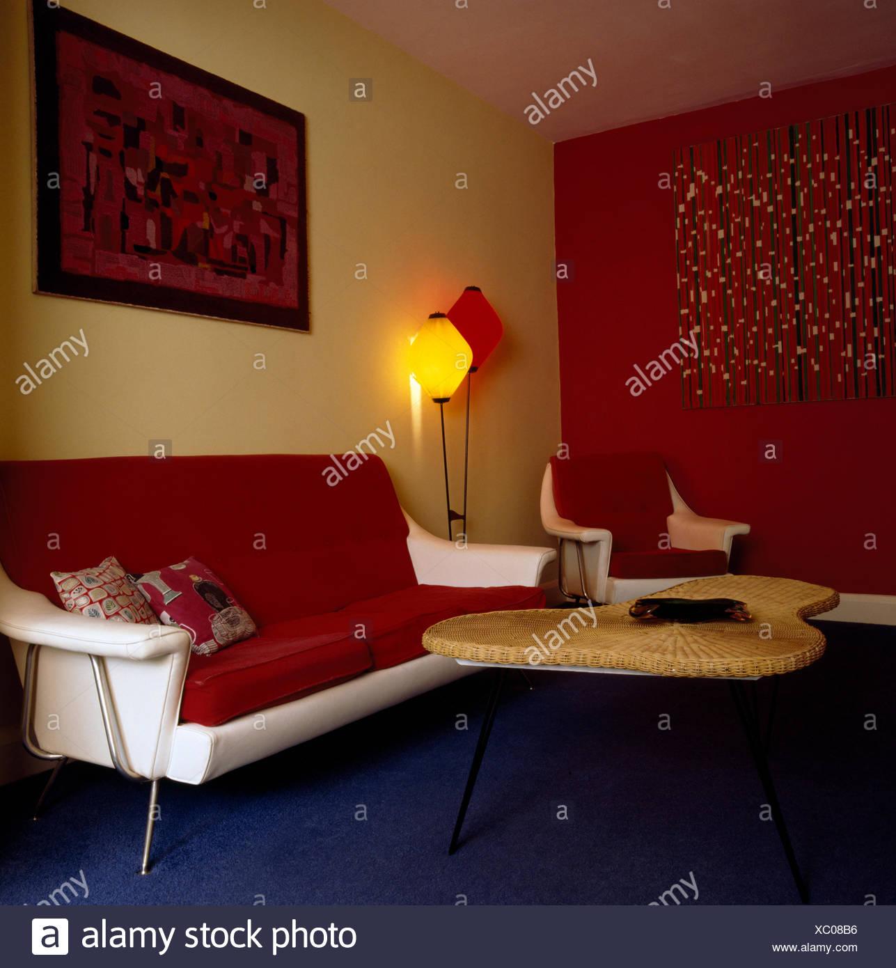 Rote Kissen auf weißem Leder 50er Jahre Sofa im Wohnzimmer mit der ...