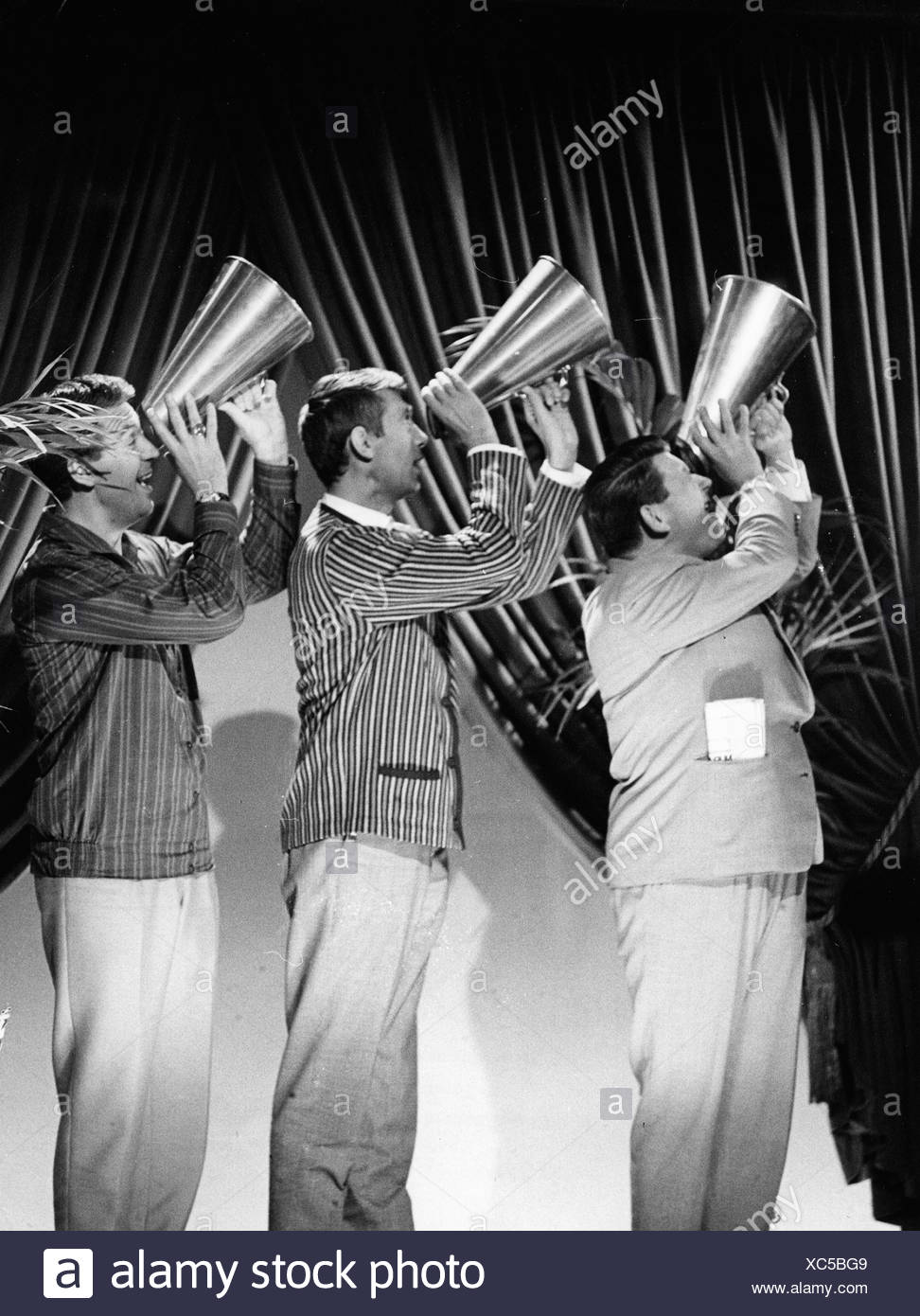 Cornel Trio, german music group, performance, TV Show 'Telebar', Berlin 20.12.1963, singing, megaphone, television show, Corn Stockbild