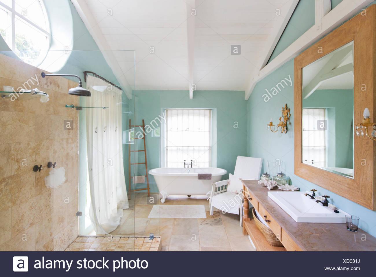 Badewanne und Dusche in rustikale Badezimmer Stockfoto, Bild ...
