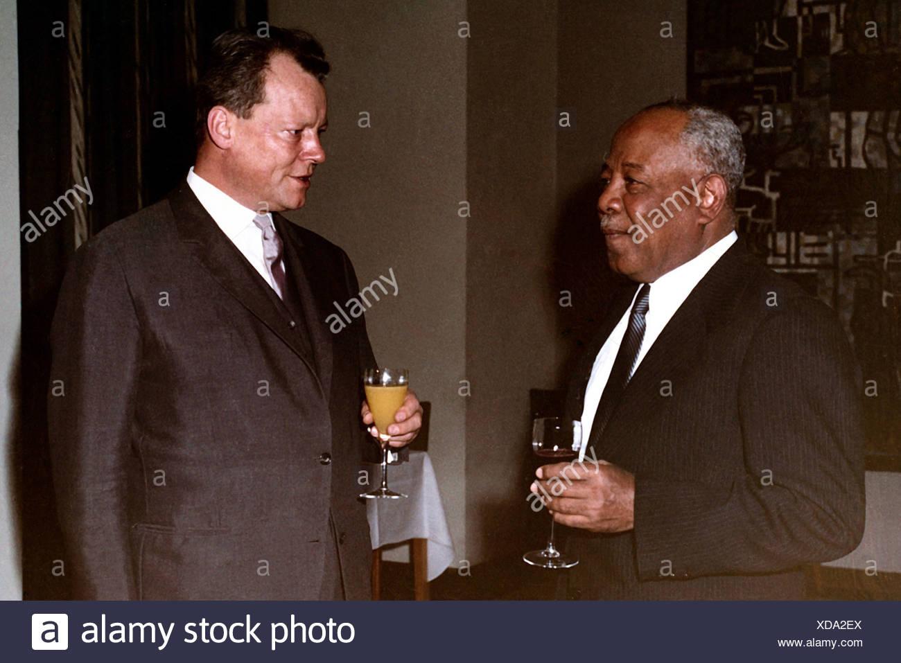 Brandt, Willy, 18.12.1913 - 8.10.1992, German politician (SPD), mayor of Berlin 1957 - 1966, with General Abboud (Sudan), half l Stockbild