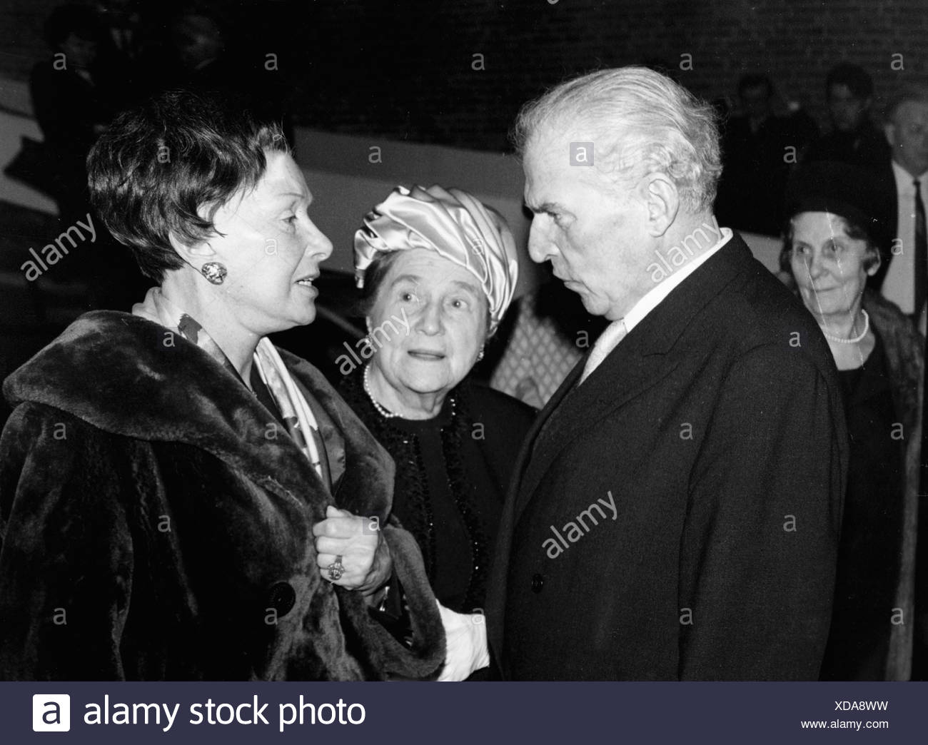 Zuckmayer, Carl, 27.12.1896 - 18.1.1977, German author / writer, half length, with Else Wagner and Lil Dagover, party on the occ Stockbild
