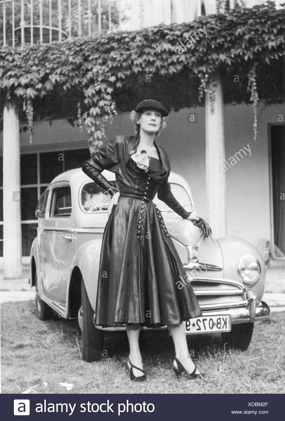 fashion, 1950s, woman with cocktail dress made of damassin, designed by Gerd Herrmann, Berlin, 1950s, Additional-Rights-Clearences-NA Stockbild