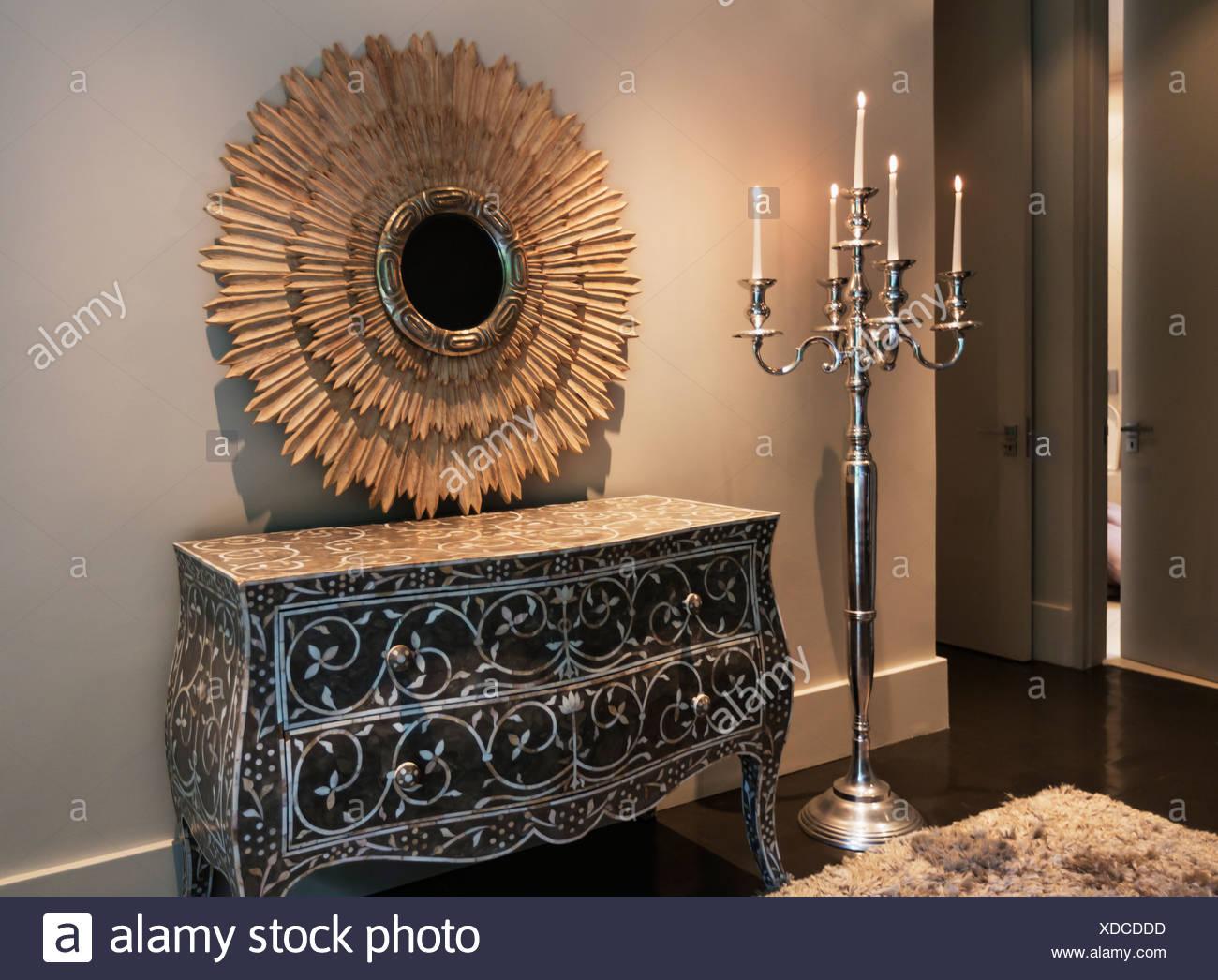 Elegante Kommode Spiegel Und Kerzenleuchter In Luxus Schlafzimmer