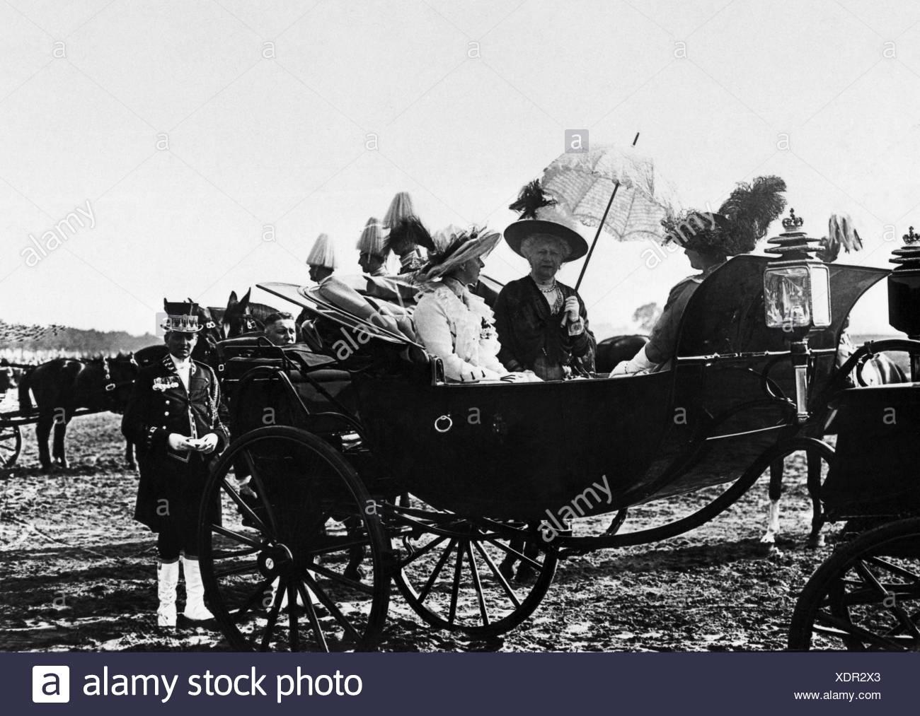 Augusta Victoria, 22.10.1858 - 11.4.1921, German Empress 15.6.1888 - 9.11.1918, with princesses Sophie Charlotte of Oldenburg an Stockbild