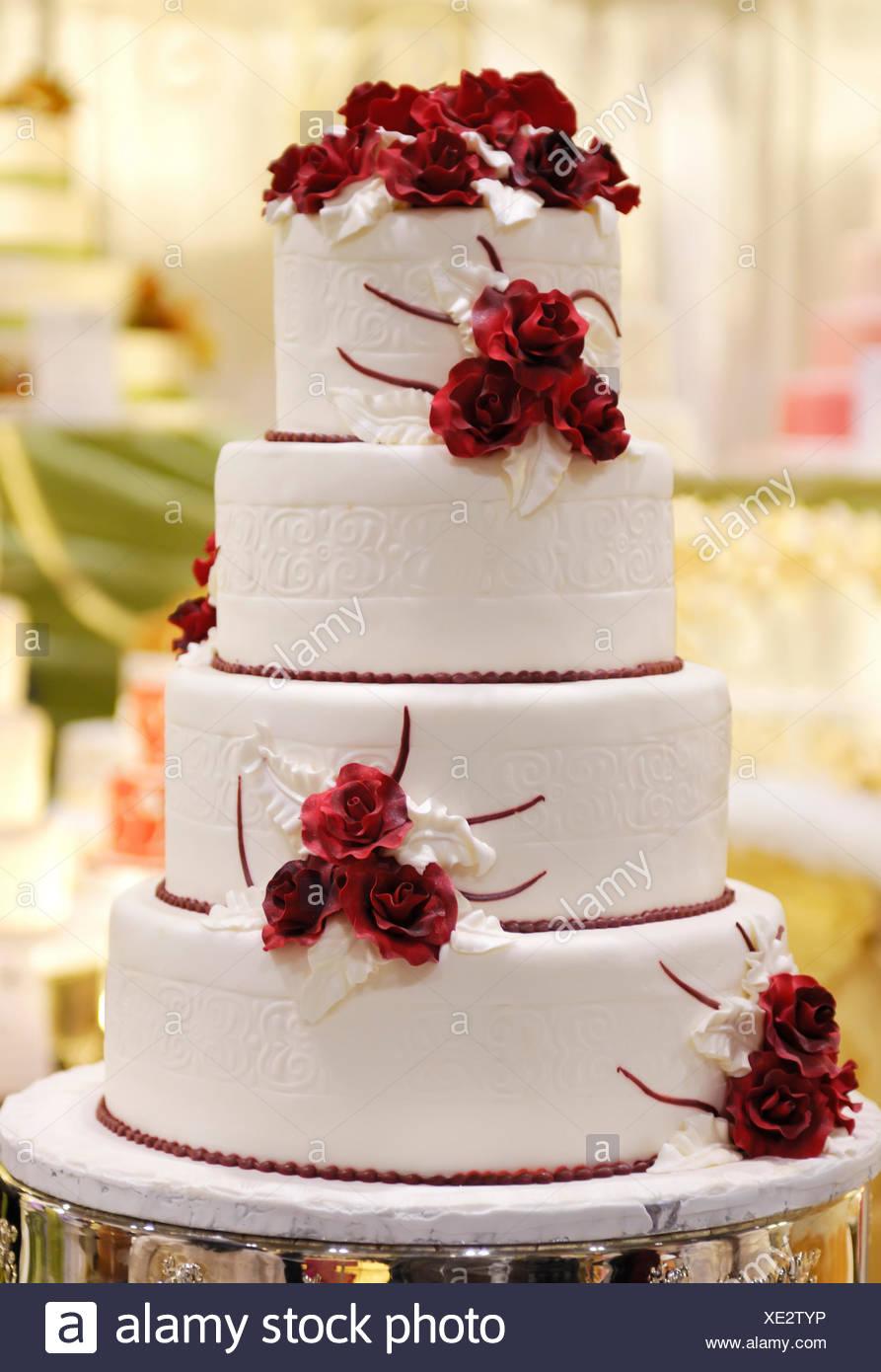 Abgestufte Hochzeitstorte Mit Roten Rosen Verziert Stockfoto Bild