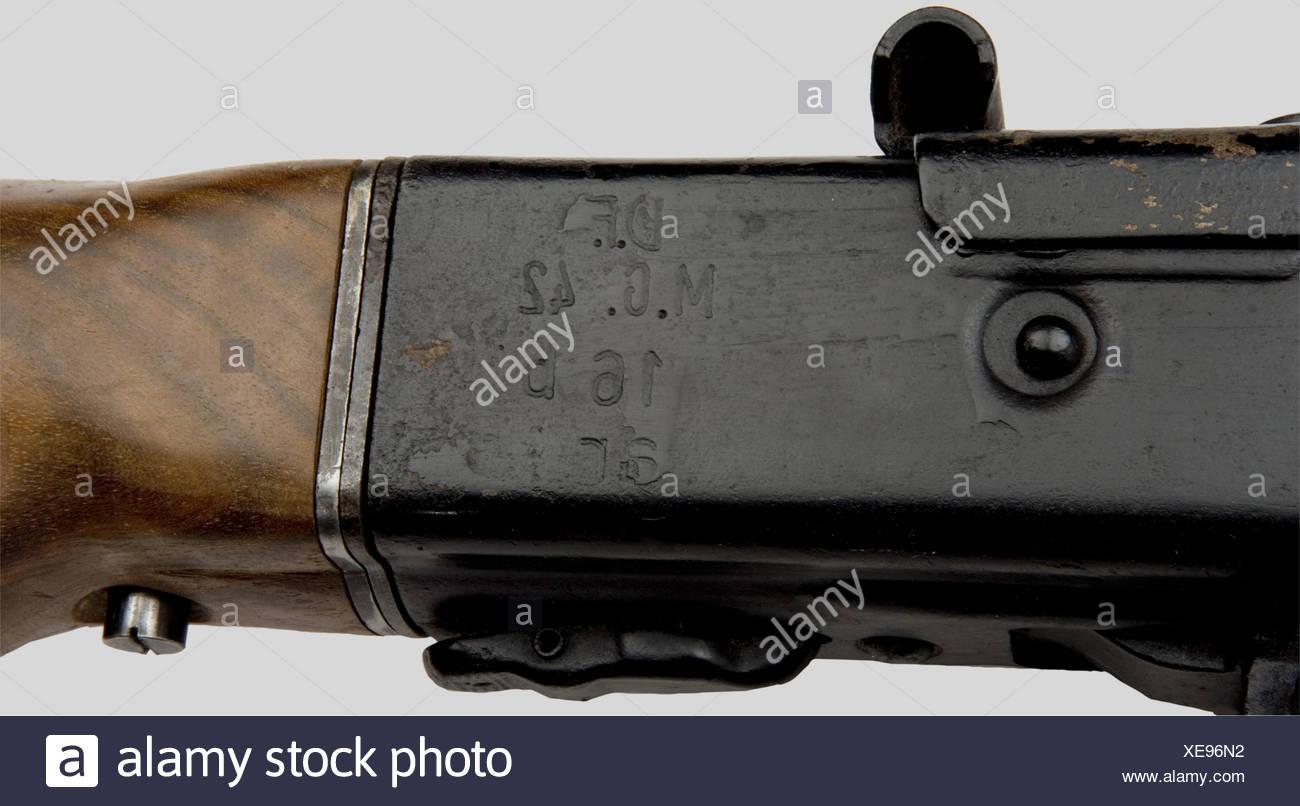 Armes à feu, Mitrailleuse MG 42, calibre 8 x 57, no. 16d, repeint, sans bipied, poignée légèrement piquée. Marquage 'd.F.mg.42 16dar'. 'Ar' étant le code fabricant de Mauser Werke A.G Werk Borsigwalde, Berlin-Borsigwalde. Neutralisation ancienne norme. Première catégorie sous conditions spéciales., , Additional-Rights-Clearances-NA Stockbild