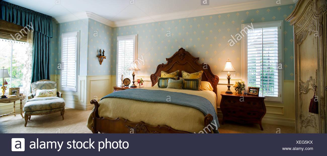 Elegante Schlafzimmer mit blauen Wallpapaer Stockfoto, Bild ...