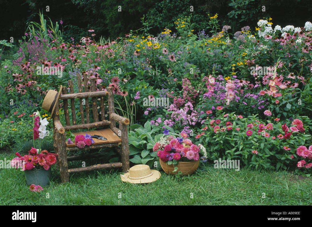 Romantischer garten rustikale stuhl im hause blumengarten von rosa und rot mit 2 h te seine - Romantischer garten ...