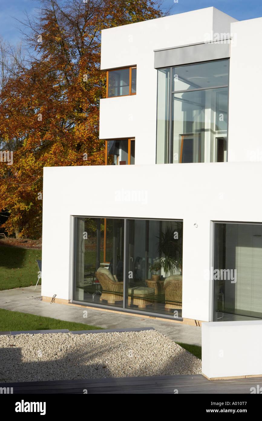 Modern Art Deco Stilhaus Mit Weißem Kies Garten Und Große Terrassentüren