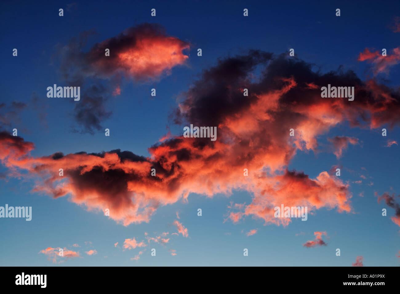Wolkenbildung bei Sonnenaufgang oder Sonnenuntergang Stockbild