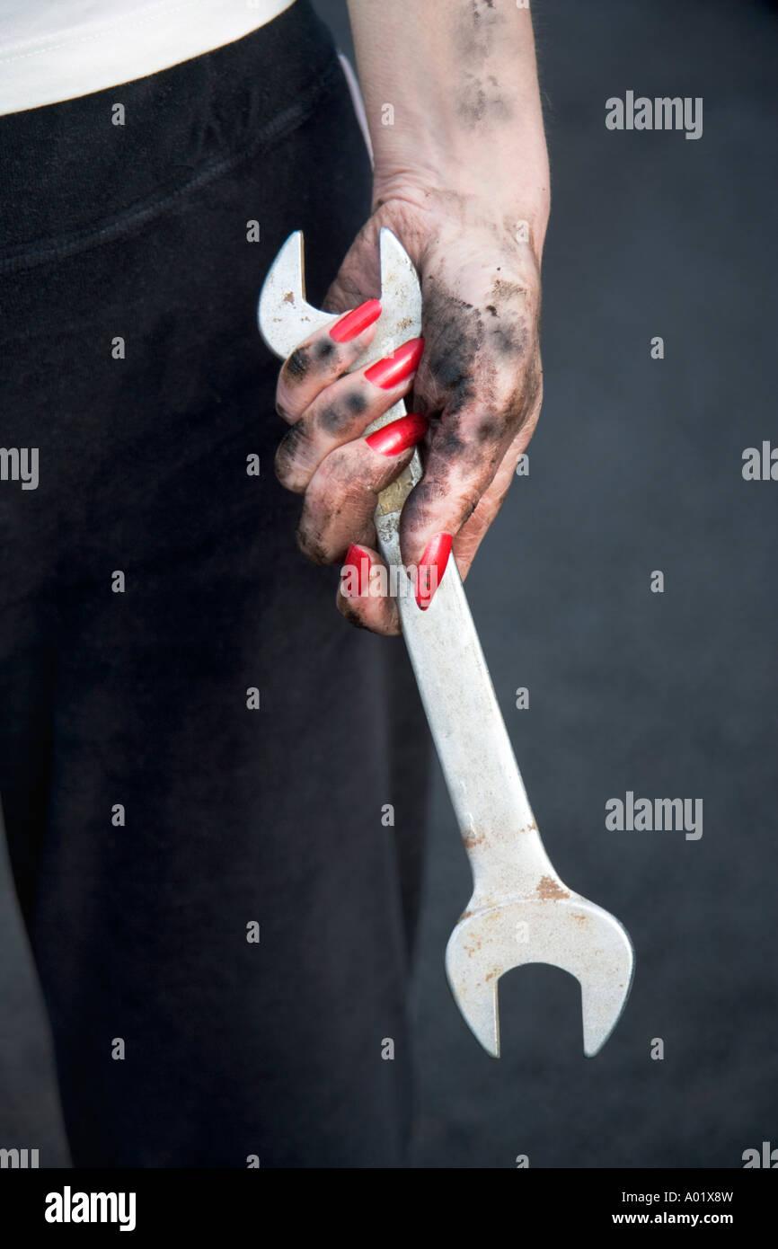 Frau Holding Schraubenschlüssel hautnah Stockbild