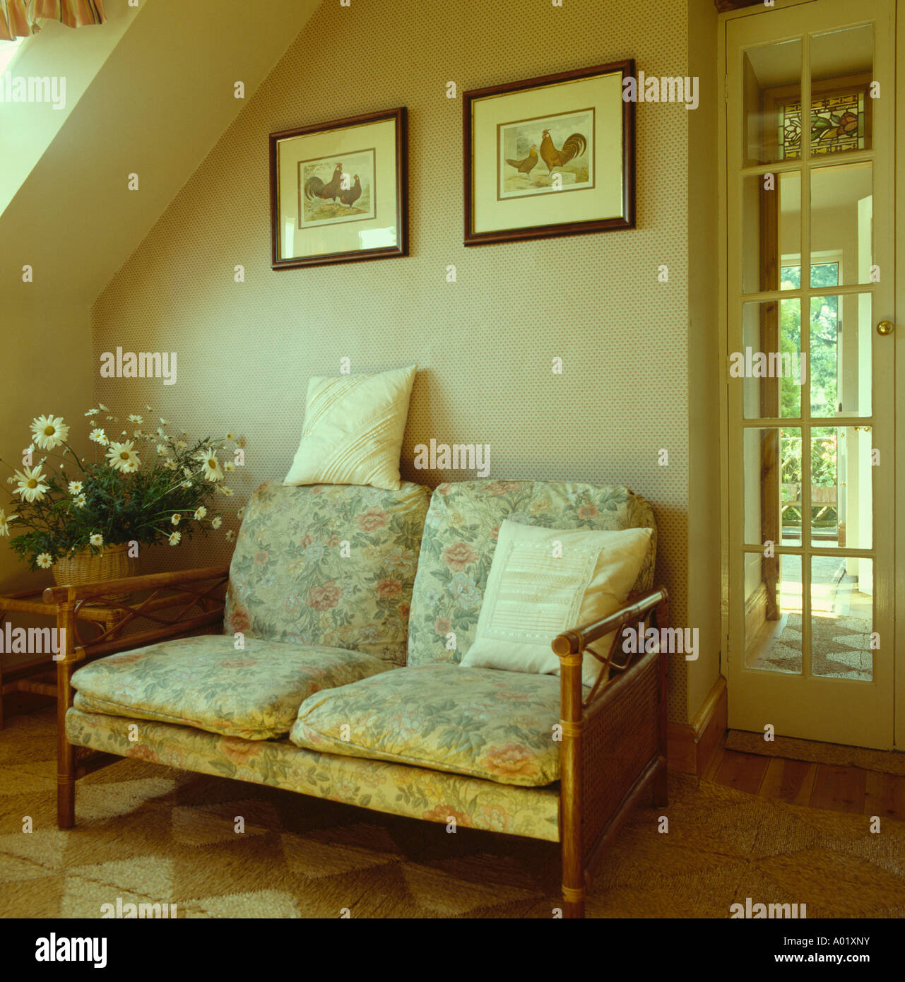 Kleines Sofa Mit Kissen Und Hölzernen Armen Unter Bild In Neutralen Wohnzimmer  Landhaus Stockbild
