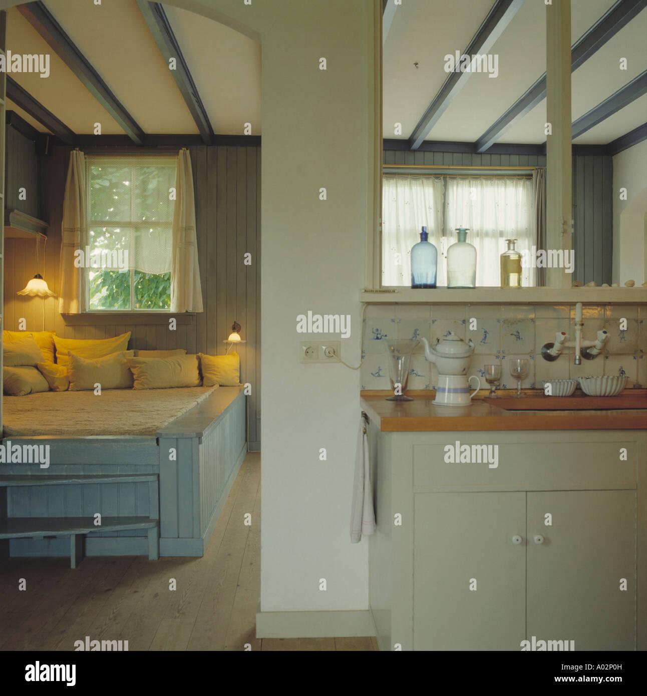 Brennende Lampen in doppelten Zweck Wohn- und Schlafzimmer mit ...