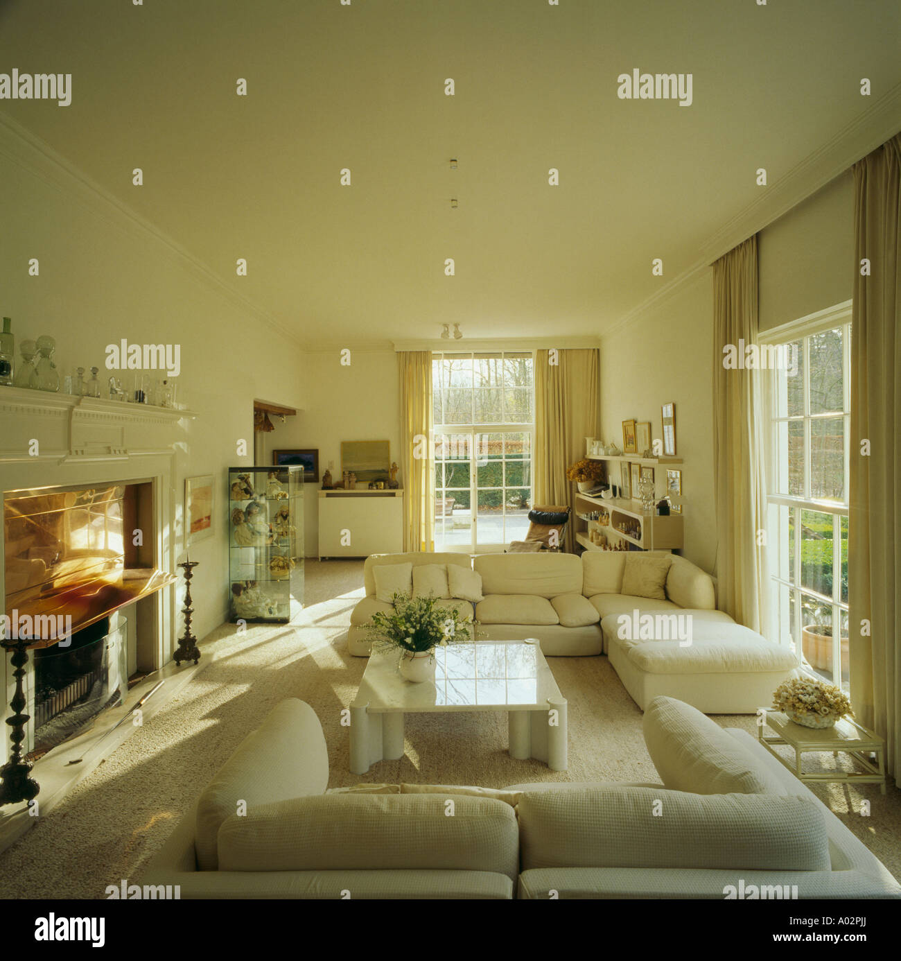neutrale moderne wohnzimmer, neutrale wohnzimmer mit modernen möbeln in schwedischen landhaus, Ideen entwickeln