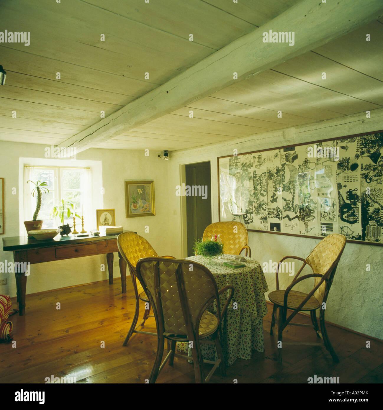Schwedische Land Esszimmer Mit Tisch Und Weide Stühle Auf Polierten  Holzboden Und Bild An Wand