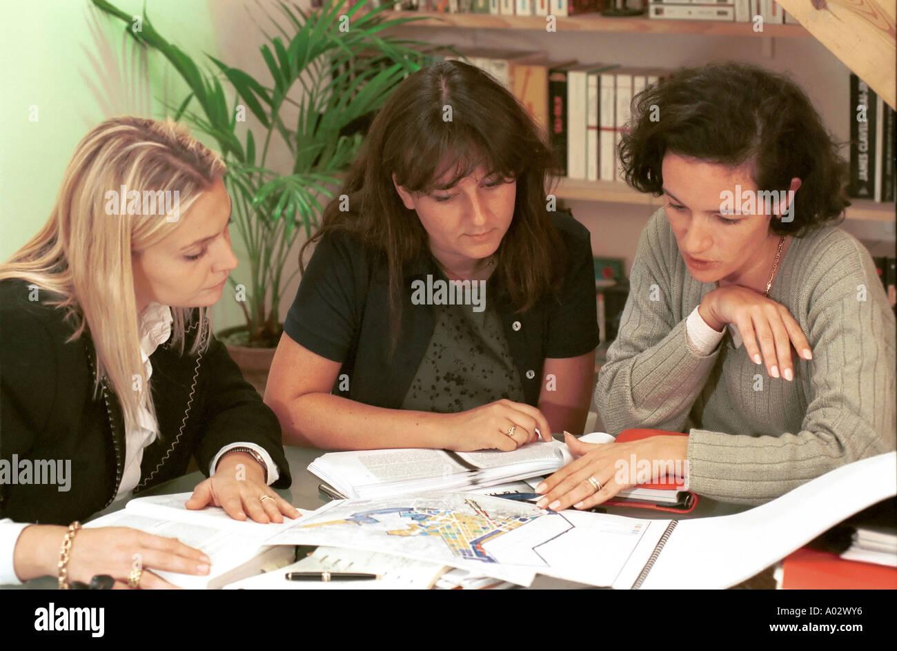 Business Frauen treffen - Reden und Arbeiten rund um das Büro Tabelle Stockbild