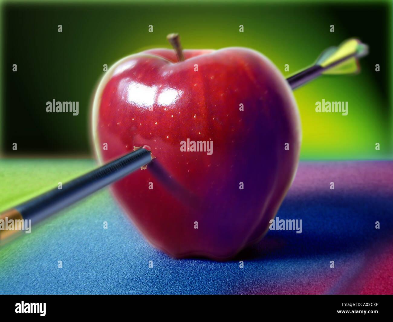 roter Apfel von einem Pfeil getroffen Stockbild