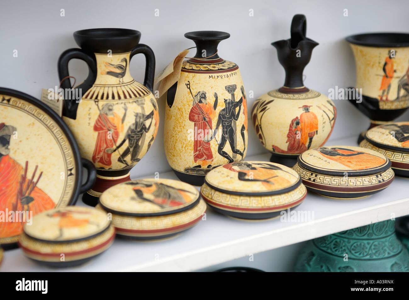 souvenir vasen in einem laden in der n he von knossos auf der griechischen insel kreta stockfoto. Black Bedroom Furniture Sets. Home Design Ideas
