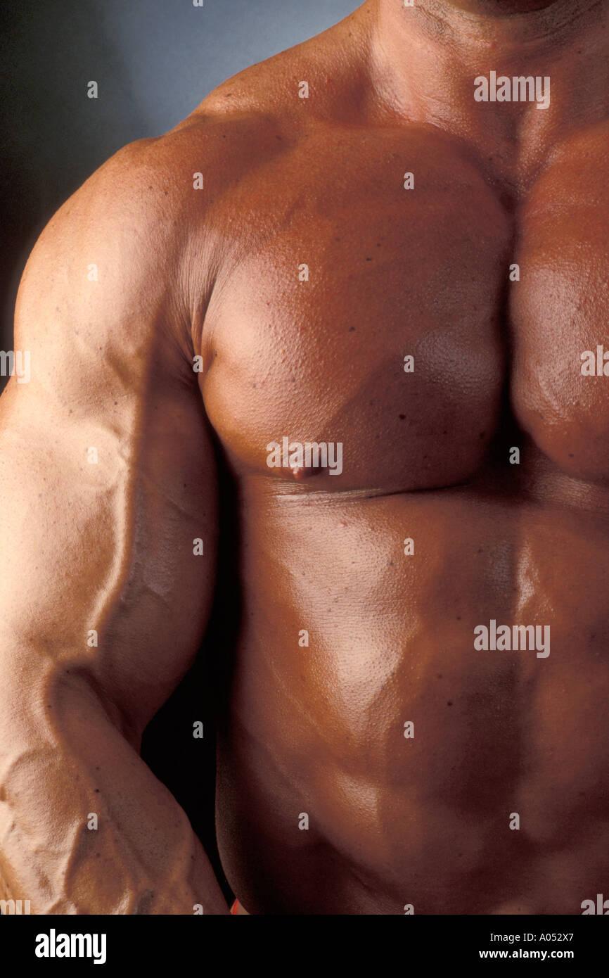 muskulösen Muskel-Mann mit großen Brustmuskeln und prall Bizeps ...