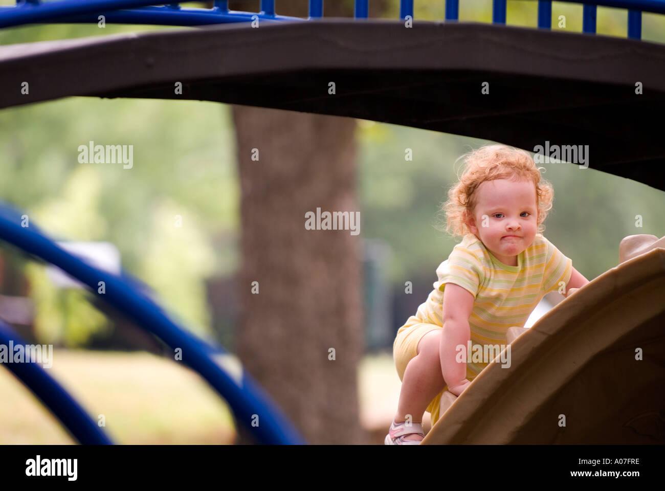 Klettergerüst Für 2 Jährige : Jährige anstiege auf spielgeräten stockfoto bild alamy