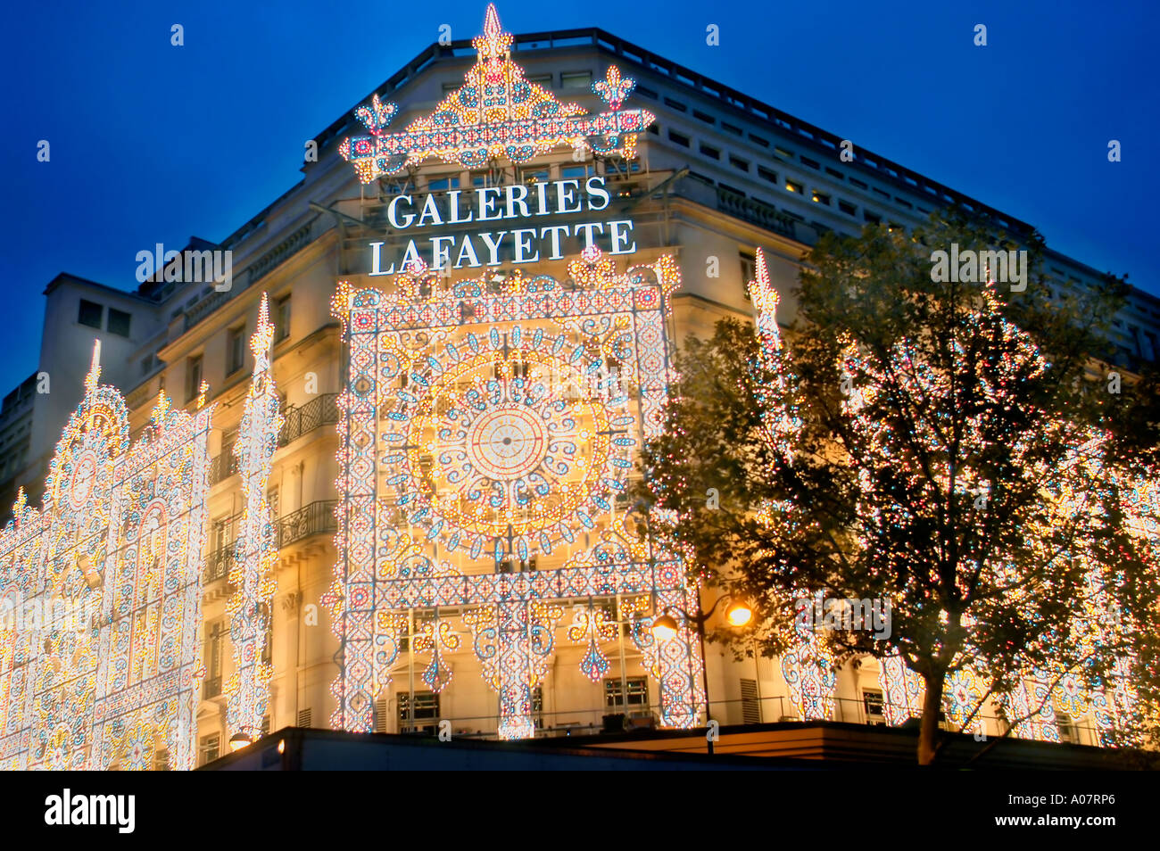 paris galeries lafayette exterior stockfotos paris galeries lafayette exterior bilder alamy. Black Bedroom Furniture Sets. Home Design Ideas