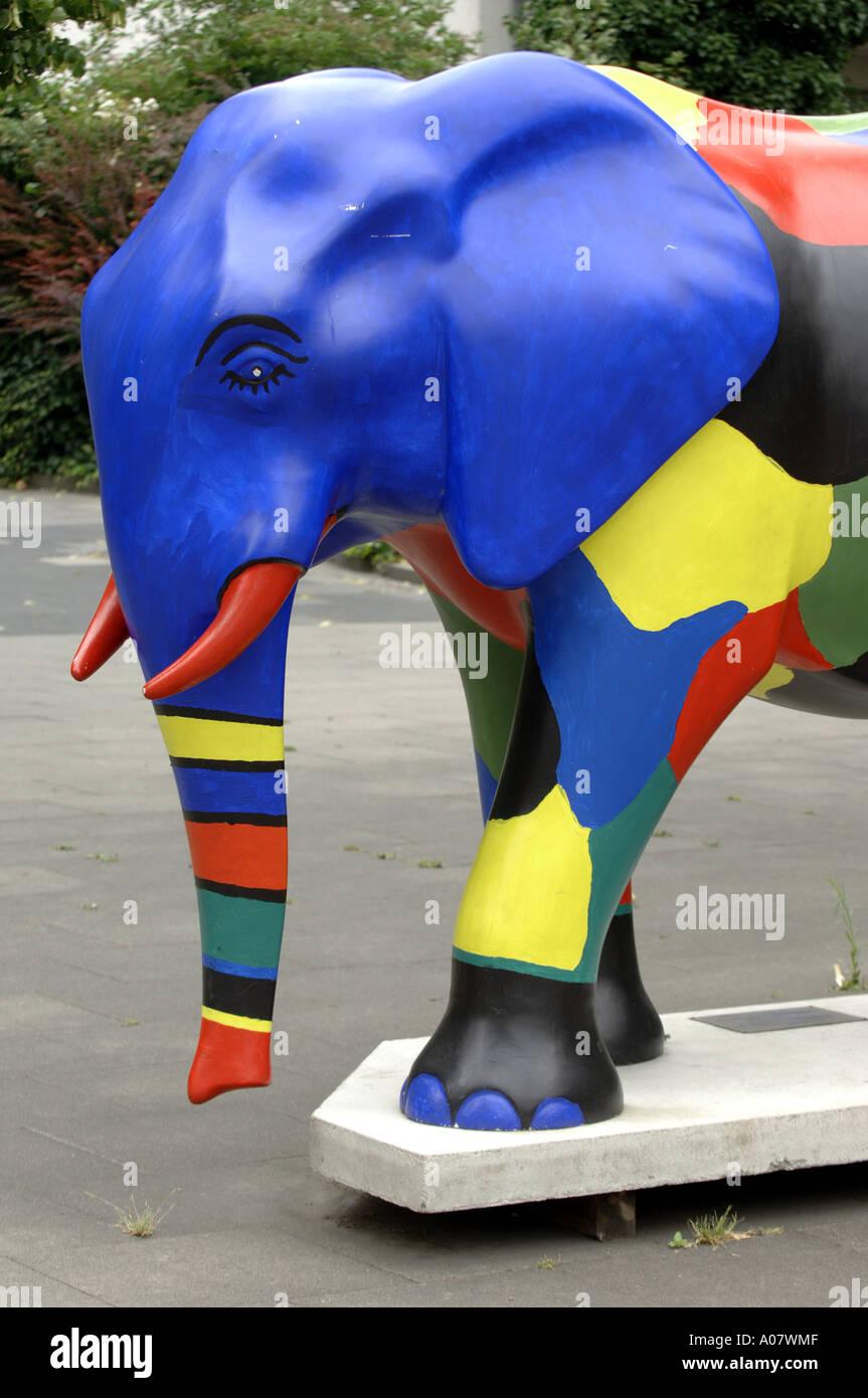 Elefant Hamm Deutschland Blau Kunst Skulptur Rot Stosszahne Fiberglas Ohren Mehrfarbig Farbe Farbe Vertikale Kultur Tier Moderne Kunst Stockfotografie Alamy
