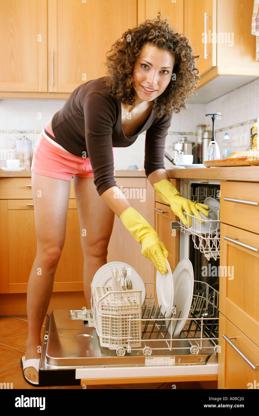 Frau Bei der Hausarbeit, Spuelmaschine Einraeumen, Frau