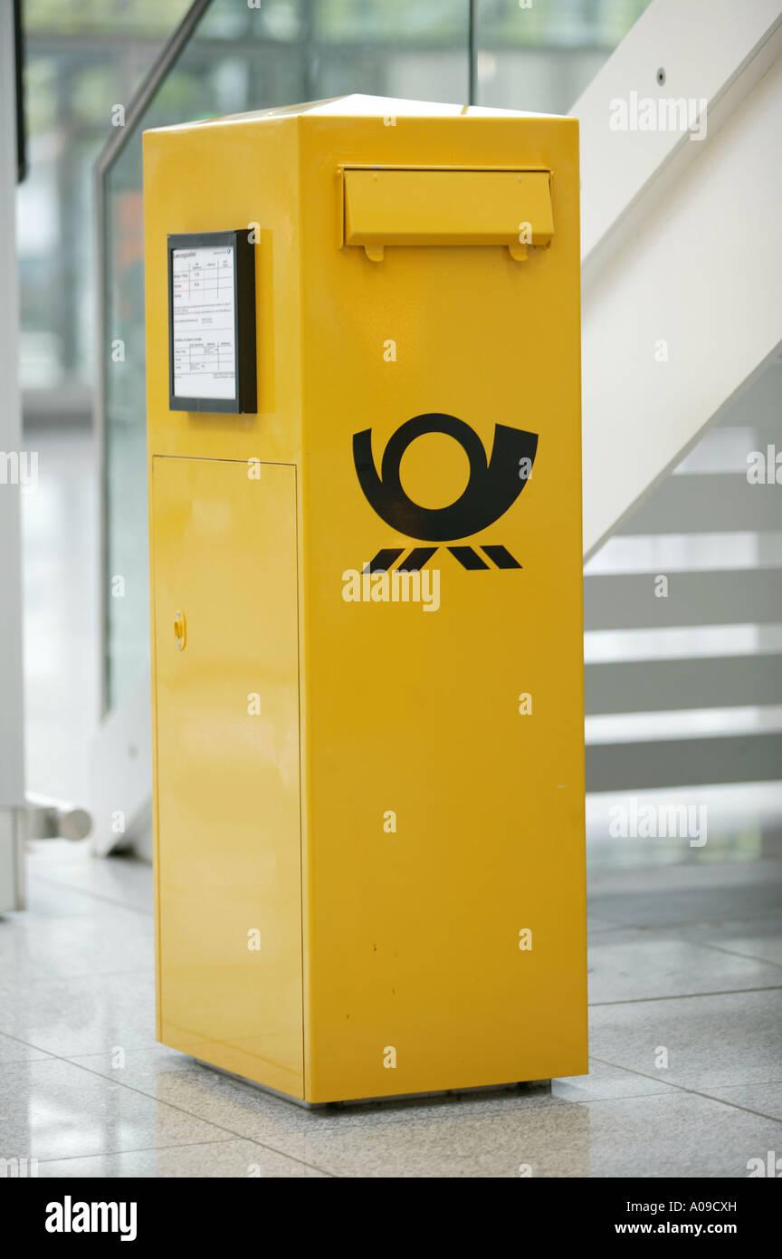 gelber briefkasten im flughafen muenchen gelben briefkasten am flughafen m nchen stockfoto. Black Bedroom Furniture Sets. Home Design Ideas